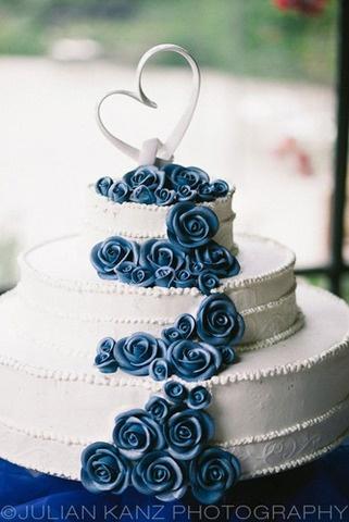 Torta nuziale di una sposa. Torta nuziale con rose blu