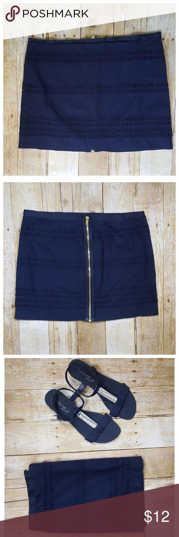 Stripe Eyelet Navy Zip Up Gap Skirt - size 4 Stripe Eyelet Navy Zip Up Gap Skirt   Shell / Lining 100% Cotton  Embroidery  100% Cotton GAP Skirts Mini
