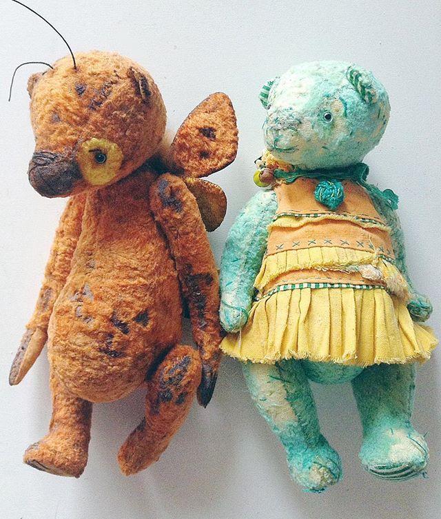 Решила поделиться с вами фоточкой пары мишек из моей скромной коллекции. Слева мишка Ий от Татьяны Паранчук @smallplushjoy Это единственный медвежонок которого я купила. Он просто идеален! Материал, форма, цвет, все как я люблю! Справа, мишка Лена от моей любимой ученицы @zhanettamilachich Как по мне так он просто шедеврален! Я могу очень много написать про этого медведя и почему он мне так нравится, но не буду   #мишкатедди #мишка #мояколлекция #коллекциямишек