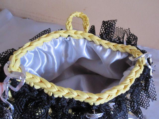 """""""Burlesque Bag"""" Bustina elegante in fettuccia con fiocchi in tulle morbidissimo. Bottone e catena color argento. Foderata. Misure: 28x16 cm; catena 85cm."""