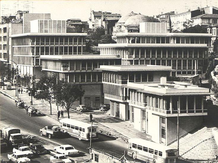SSKZeyrekTesisleri Unkapanı Köprüsü'nün yakınında İstanbul Manifaturacılar Çarşısı'nın hemen karşısında yer alan bir SSK müdürlük binasıdır.1962 ile 1964 yılları arasında inşa edilen SSK Zeyrek Tesisleri'nin Türkiye mimarlık tarihinde oldukça önemi bir yeri vardır.Oldukça tarihsel bir dokuda inşa edilmiş modern bir yapı olmasına rağmen çevresine uyum sağlamış ve geleneksel Türk mimarisinin yatay çatı çizgisi, geniş saçaklar, sıraya dizilmiş pencereler ve çıkmalar gibi uygulamaları…