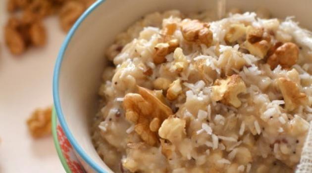 Porridge végétal aux flocons d\'avoine, noix et coco