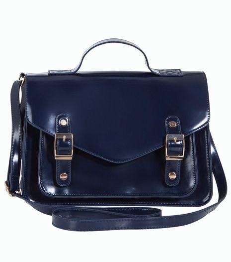Sötétkék, csatos táska, ami ideális hétköznapi viselet, mert minden szetthez illik.