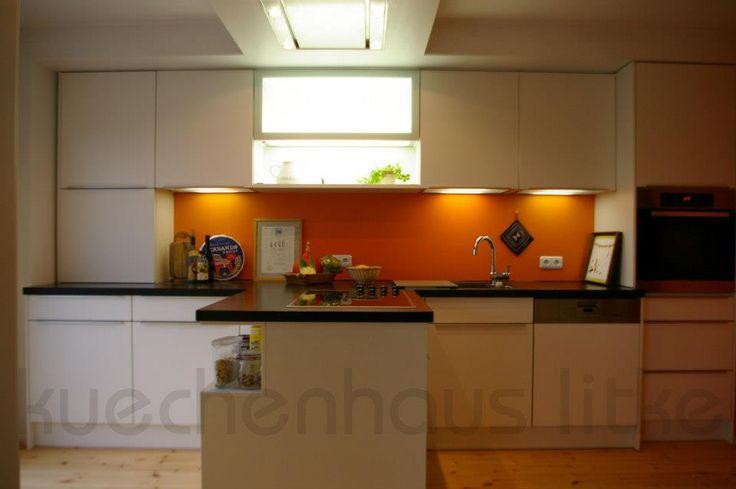Küche weiß Mattlack als Halbinsel mit Regal auf der Rückseite. Deckenlüfter mit Außenwandmotor. Die Abluft verschwindet im Trockenbau #halbinsel #trockenbau