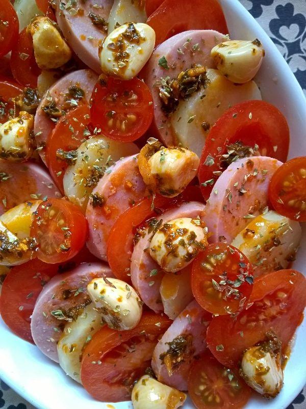 Nya tips och recept på falukorv kan man aldrig få för många av, eller vad säger ni? :-P Denna rätt med lite italieninspiration är riktigt god. Jag har bara varvat lätt kokt potatis i skivor med tom…