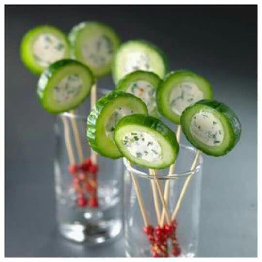 Komkommer in plakjes van 10 mm het hart  eruit halen en op vullen  met kruiden kaas 30+ en bieslook (dat eerst door elkaar roeren)