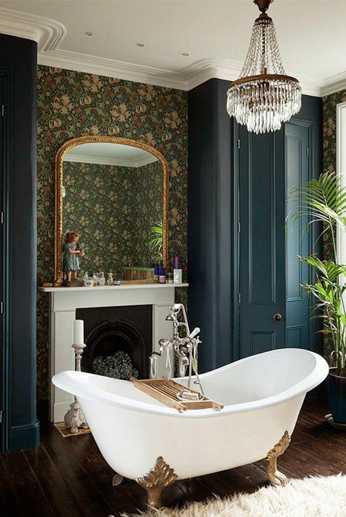 jolie baignoire ancienne blanche pour la salle de bain retro