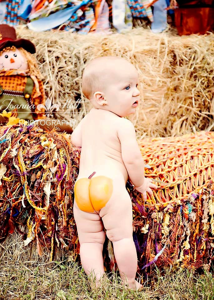 Next baby I have I'm totally gonna paint my baby's butt like a pumpkin and get a photo done like this.