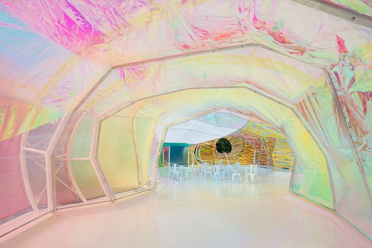 Serpentine Galleries Paviljon 2015 Londen by Spanish architect selgascano. A colorful buidling with a skin of ETFE-panels. Photo by Iwan Baan