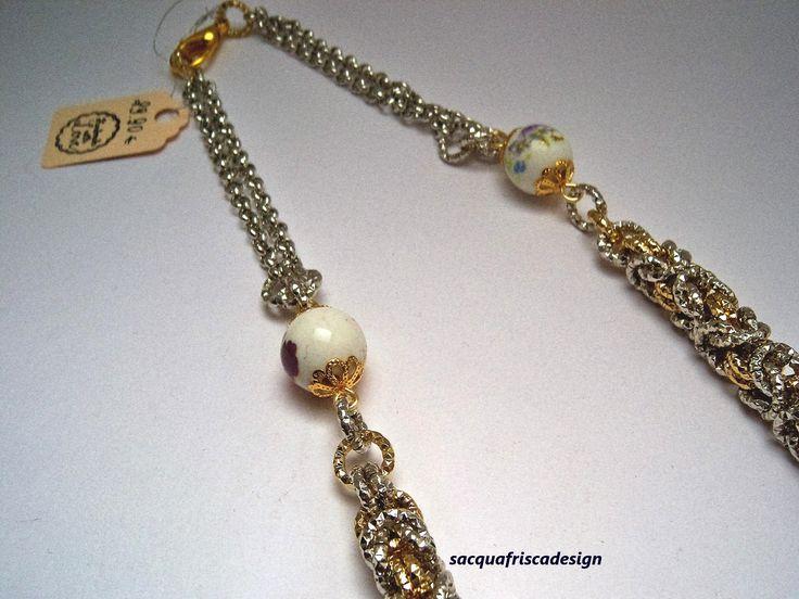 Collana in alluminio e perle di ceramica lavorata a chianmaille.