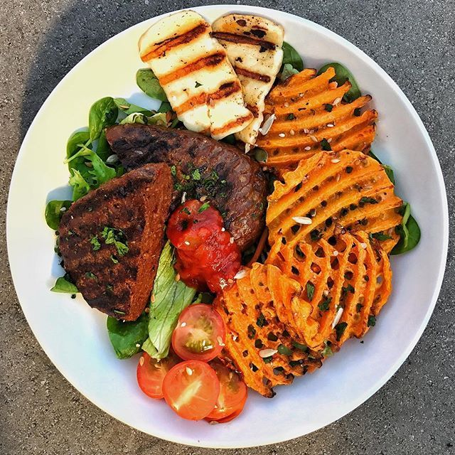 Morning everyone  Started an awesome Sunday with this epic breaky! Butternut-squaffles cooked perfectly in the air fryer, @musclefooduk dragon fire hache steak  grilled halloumi and spicy salsa  Hope you all have an awesome day!