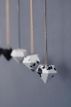Wie du Schmuck ganz einfach selber machen kannst? Diese schicken Diamantanhänger für Ketten und Ohrringe sind im Handumdrehen fertig - aber sieh selbst.