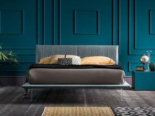 Quarto azul com cabeceira de cama estofada