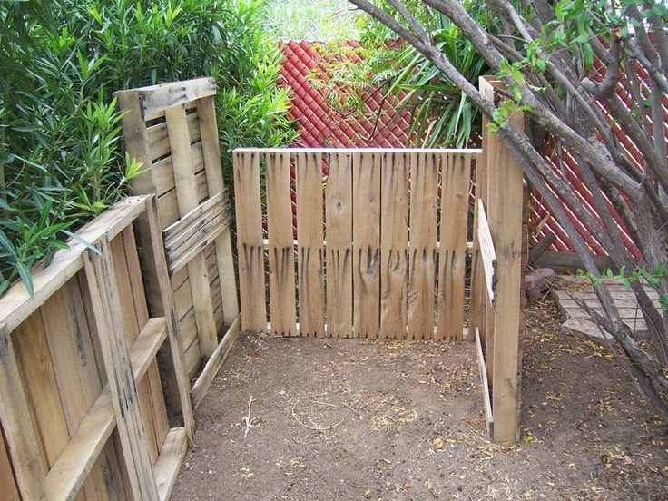 Pallet compost bin. Now to get my hands on some pallets.