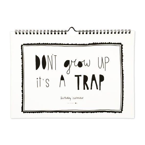 Don't grow up, it's a trap! Deze toffezwart witte quotes verjaardagskalender van Studio Stationery zorgt ervoor dat je nooit meer een verjaardag vergeet. Schrijf de verjaardagen van al je familie, vrienden en kennissen op en geef de kalender een mooi plekje, want een nieuwe maand betekend een nieuwe leuk vormgegeven quote. Super leuk om op te hangen dus!  Ps.: achterin zit als extra verrassing ook nog een mooie mini poster!  Formaat: A4, liggend met wire-o verbinding en ophanghaakje ...