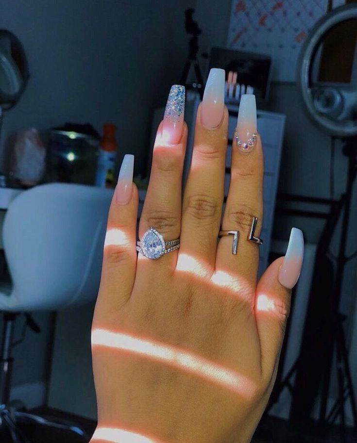 Natürliche mittelgroße Acrylnägel #AcrylicNailsGlitter, #acrylicnails #acryli…