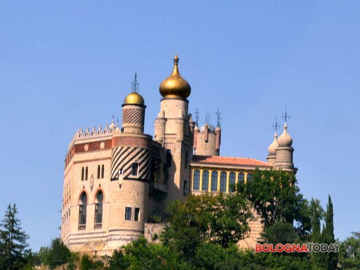 """Lo storico """"castello"""" nella frazione di Savignano, costruito nel 1850 sulle rovine di un antico maniero del 1200, sarà nuovamente visitabile. ROCCHETTA MATTEI (BOLOGNA)"""
