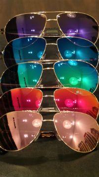 Zonnebrillenmode. Zonnebrillen met spiegelglazen