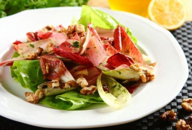 Salata colorată cu cicoare va fi o reţetă pe care oaspeţii tăi nu o vor uita prea curând după ce o vor savura. Amestecul inedit şi răcoritor de cicoare, salată verde şi nuci, legat cu un sos delicios, îi va încânta. Poate fi servită separat sau ca garnitură la carne sau peşte.