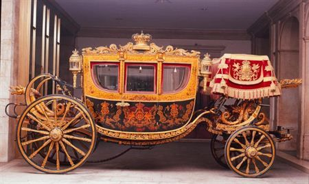 The state crown coach. Ordered By King João VI in 1824 for cerimonial purposes. Uses: Baptism of Prince Carlos (19.oct.1863) and his acclamation as King Carlos I of Portugal, the Corpus Christi procession to Lisbon's cathedral in 1906 and on many state visits: Queen Alexandra of England with Princess Maud, Victoria and prince Charles of Denmark (1905); Wilhem II of Germany (1905) and Queen Elizabeth of England (1957)