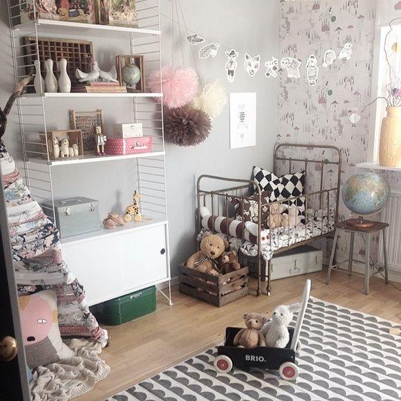 Lite bilder på hur det ser ut nu. Barnrum. hylla i barnrum. tält i barnrum. Nybyggt Tv-rum som inte är färdigt än. närbild hylla