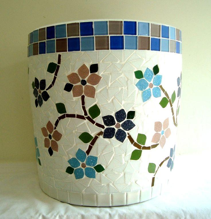 Vaso trabalhado em mosaico, mede 32 cm de altura por 30 cm de diametro