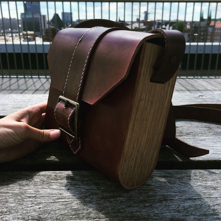 Ny kernelæder skuldertaske med egetræ sider  Danish designed leather crossoverbag with unique combinqtion of leather and Wood  Find it om www.nabamudesign.com