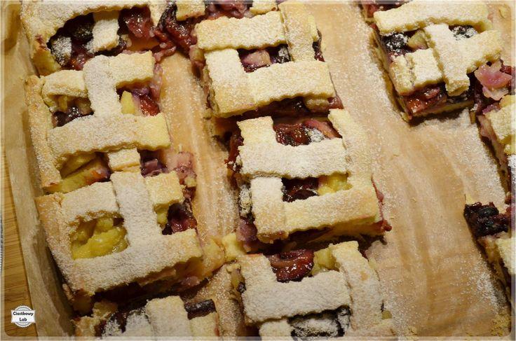 Jesień w pełni, a więcjest to odpowiedniczas na jesienne ciasto. Dziś do kawy proponujęCi krucheciasto ze śliwkami, ananasem i żurawiną.
