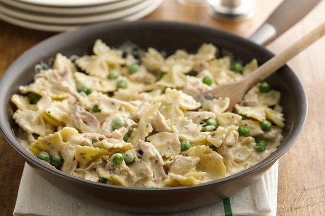 400 gr di farfalle, 200 gr di petto di pollo, 2 zucchine, 150 gr di piselli, olio, semi di coriandolo, sale e pepe.