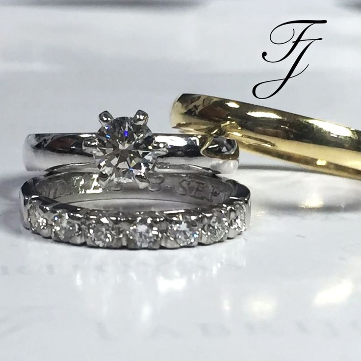 Aunque es bueno tener un anillo de bodas que complemente el anillo de compromiso, no te preocupes si eliges un anillo de bodas que no coincida perfectamente con tu anillo de compromiso, ya que son dos anillos separados por dos razones distintas ya veces es bueno poder ver la diferencia. 💎💍💟 #AnillosDeCompromiso #ArgollasDeMatrimonioCali #JoyeriaNoviasCali