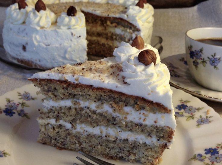 Nusstorte Eine köstliche Torte zu Weihnachten.   Der Boden dieser Torte ist wunderbar locker. Mit Sahne gefüllt, oder auch mit einer Schicht aus Preiselbeeren, perfekt.                                                                                                                                                                                 Mehr