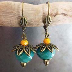 Boucles d'oreille les coquettes à facettes bleues et jaunes. attaches dormeuse perles en verre.
