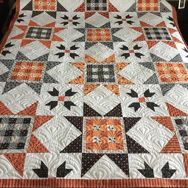 I think I have an all time new favorite pattern. I did Deco Fan on @greydogwoodstudio Halloween quilt. This was the hardest quilt to return home. I wanted to keep it. #mylittlequiltingshoppe #machinequilting #halloweenquilts