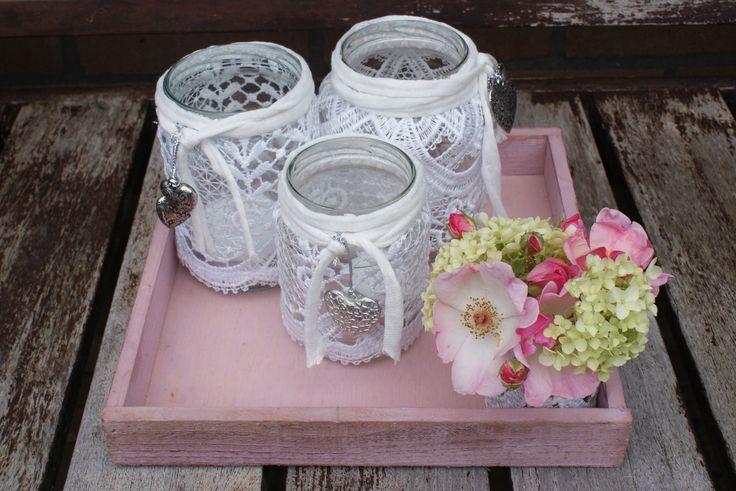 Creatief kadootje: lege potjes van pindakaas, jam, chocopasta e.d. beplakken met kant, leuke hangertjes eraan (action), klein glazen vaasje ook beplakken met kant. Alles op een plateau van de Action en bloemetjes uit eigen tuin.