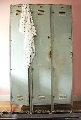 Trois casiers anciens toujours debout apportent à une chambre un petit plus.