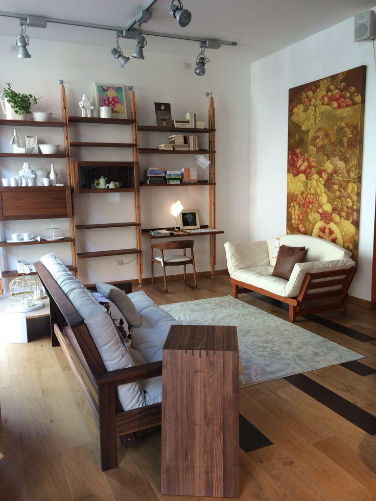 Spazio soggiorno divanoletto noce ciliegio lettomatrimoniale arte quadro libreria