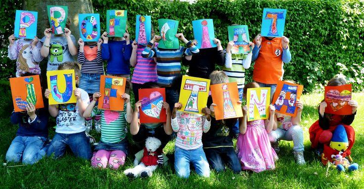Alle kinderen van de klas versieren een letter. Deze foto gebruikte ik om de juf te feliciteren op FB. Ik maakte nog een foto met de gezichten van de kinderen erbij om een kaart te maken voor de jarige juf. De losse letters gebruik ik weer bij de lettermuur of om op te hangen in een klas als er een andere juf jarig is.