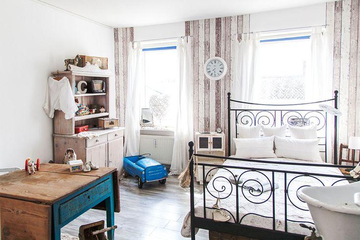 So wohnt der Norden: Auf Zeitreise mit Dagmar aus Husby - Förde Fräulein Shabby-Chic Vintage Antik Kreidefarbe Wohnen Interior Schlafzimmer