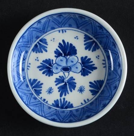 Royal Delft 565 at Replacements, Ltd Side with lots of Chinapattern
