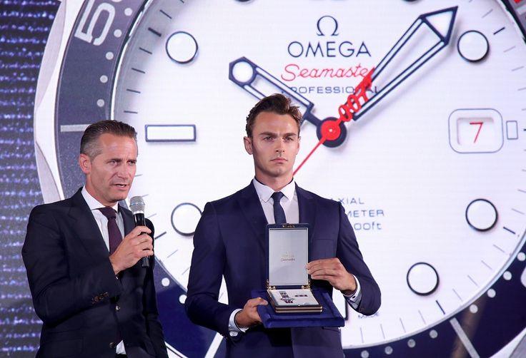 """Com as cores da da Marinha Real Britânica, a OMEGA lançou em Londres, um novo relógio inspirado no agente secreto mais famoso do mundo: James Bond. O Seamaster Diver 300M """"Commander's Watch"""" Limited Edition. Saiba turdo sobre o evento clicando na www.flashesefatos.com.br"""