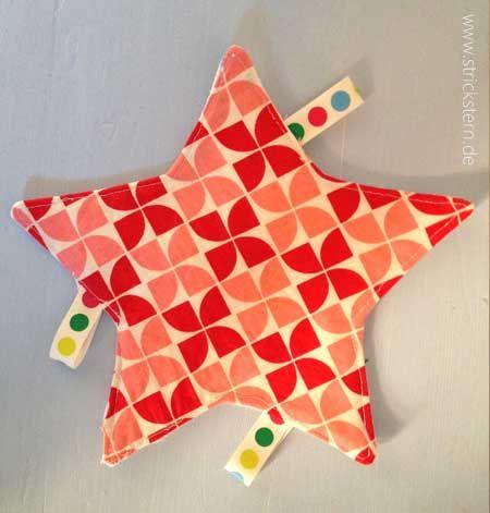 Dies ist eine Anleitung wir ihr ganz einfach ein interessantes Babyspielzeug selber nähen könnt - DIY: ein Knistertuch nähen in Sternenform.
