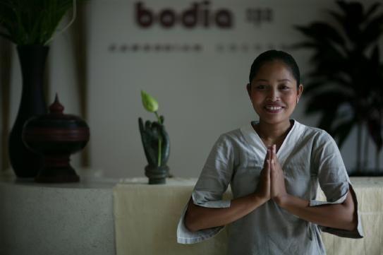 Nous avons toutes besoin de réconfort. Le soleil se fait-il encore timide sur la butte Montmartre ? Les vagues de Nice sont-elles encore trop fraîches et la pluie ne cesse-t-elle de tomber à Lille ? Rien de mieux que d'entrer dans un véritable cocon de bien-être et de confort en passant une heure au spa ! Pour ma part, ce sont les 36 degrés quotidiens qui me poussent à ouvrir les portes d'un des meilleurs spas du Cambodge : Bodia Spa. Il s'agit d'une marque cambodgienne, créée par des…