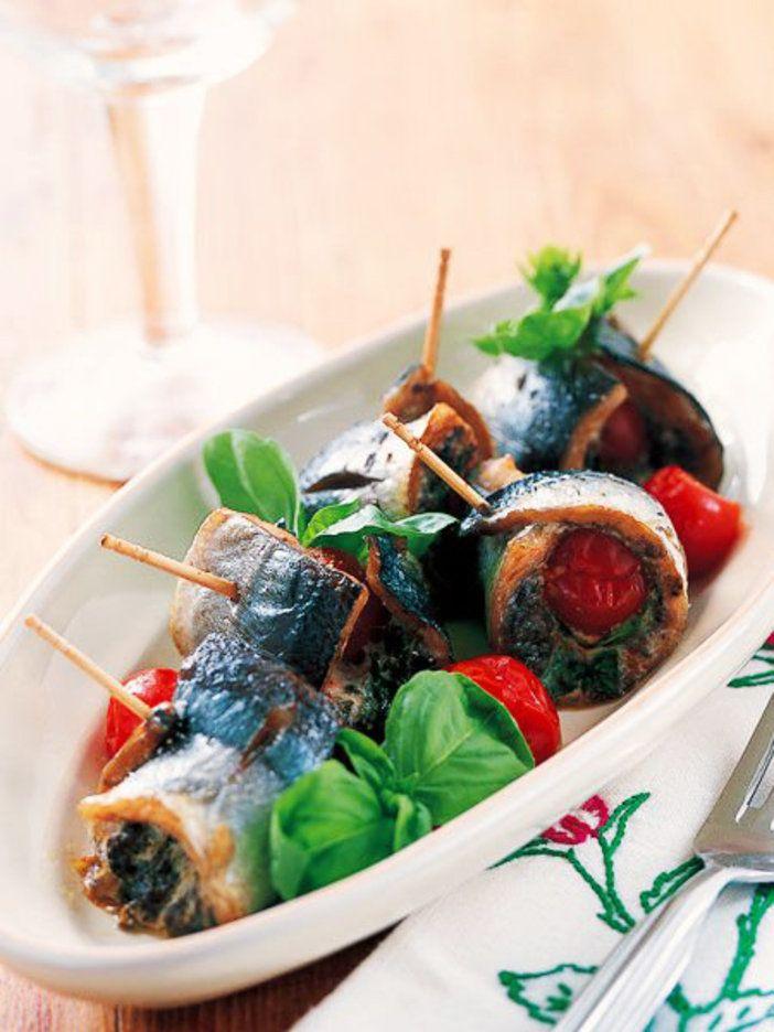 タプナードの旨みとトマトの酸味が、さんまの味をぐんと引き立てる。スティックで刺しておつまみに|『ELLE a table』はおしゃれで簡単なレシピが満載!