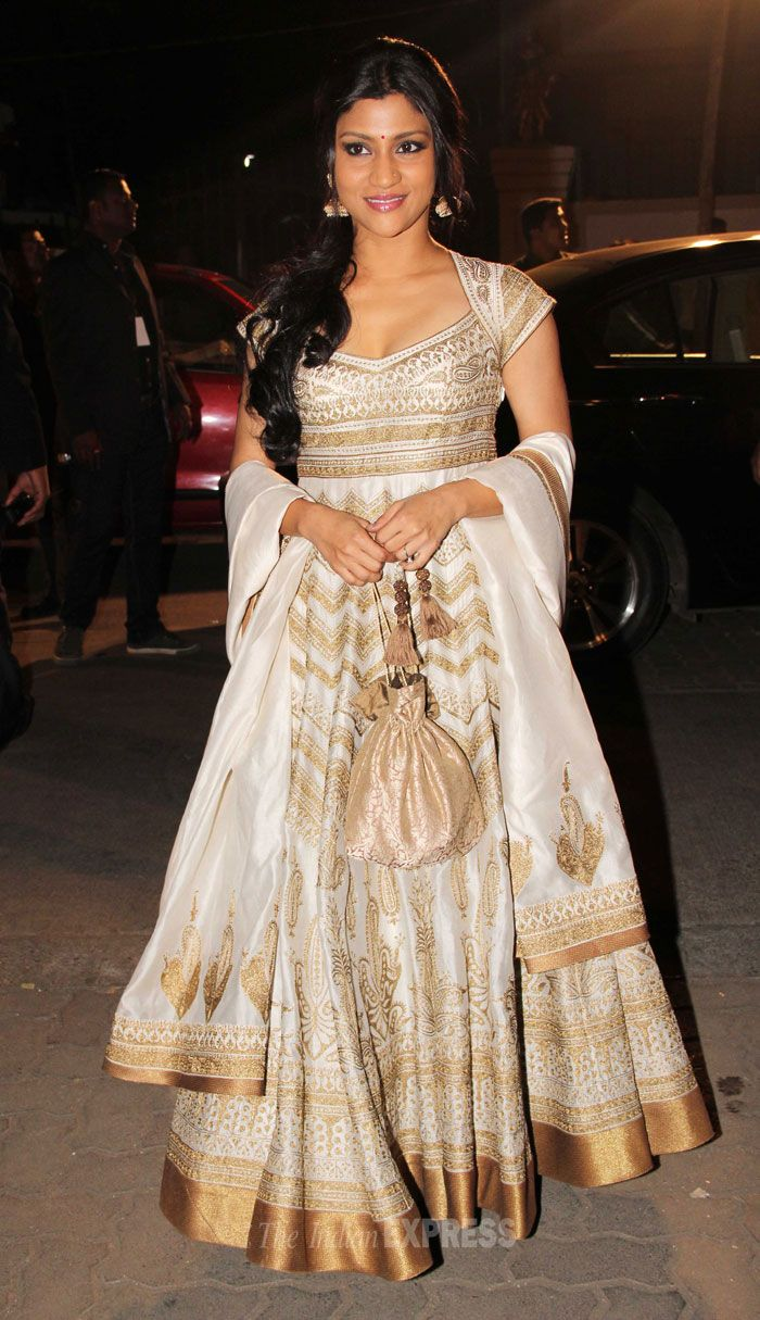 Konkana Sen Sharma looked beautiful in a white and gold embroidered Rohit Bal anarkali at the 59th Idea Filmfare Awards 2013.
