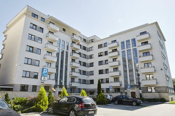 """Kompleks """"Ogrody Chałupnika"""" w Krakowie to dwa bliźniacze budynki, oddany do użytku przez Semaco Invest Group w styczniu 2011 roku. Projekt stylistycznie nawiązuje do modernistycznych realizacji lat 20-tych i 30-tych ubiegłego wieku. Wyróżnia go nie tylko wyjątkowo elegancki wygląd zewnętrzny, osiągnięty między innymi dzięki wysokiej jakości materiałom wykończeniowym, ale także funkcjonalność i wygoda mieszkań."""
