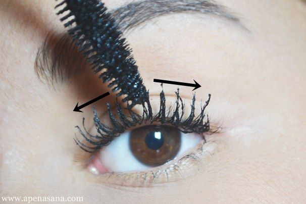 Use o pincel do rímel na vertical para separar os cílios e na horizontal para reforçar a curvatura.   26 truques rápidos de maquiagem que vão facilitar a sua vida