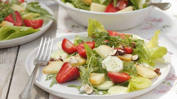 Die süßen Früchte werden hier herzhaft kombiniert: Erdbeersalat mit Gurke, Haselnüssen und Feta | http://eatsmarter.de/rezepte/erdbeersalat-mit-gurke-haselnuessen-und-feta |