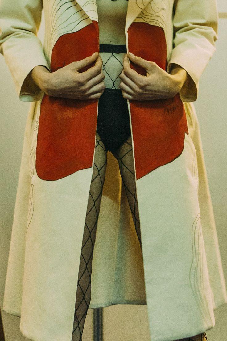 Дебютная коллекция Алины Замановой, выпускницы London College of Fashion, проявившей себя не только в работах с отечественными дизайнерами, но и в сотрудничестве с таким титаном индустрии как Alexander McQueen, это некоторого рода гротеск, сочетание уродливого и прекрасного.