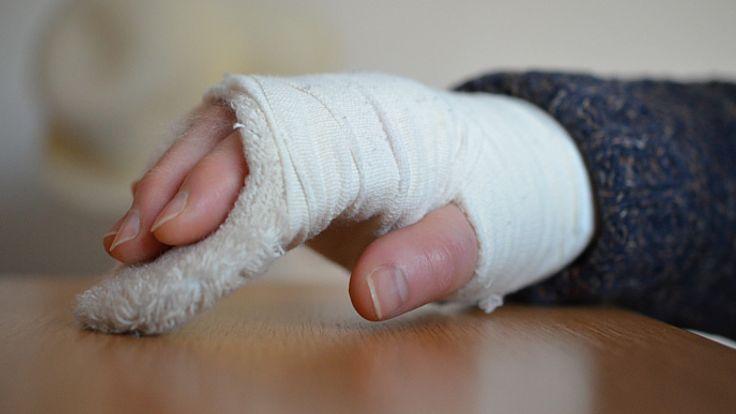 Wypadki na oblodzonych lub nieodśnieżonych chodnikach i ulicach