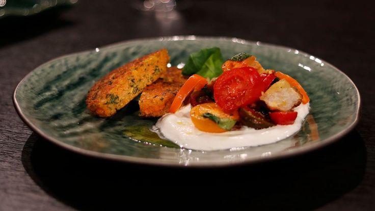 Vegetariska linsbiffar är ett gott alternativ till kött. Ät med den toscanska salladen panzanella och yoghurt som tillbehör.